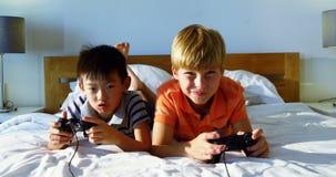 Enfants de mêmes parents jouant le jeu vidéo dans la chambre à coucher clips vidéos