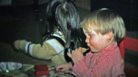1973 : Enfants de mêmes parents mangeant du casse-croûte dans la table de salle à manger de barboteuse-pièce banque de vidéos