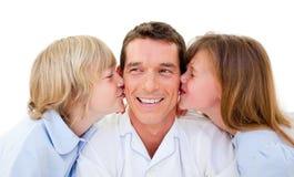 Enfants de mêmes parents mignons embrassant leur père Photo stock