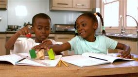 Enfants de mêmes parents noirs mignons jouant dans la cuisine clips vidéos