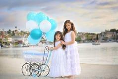 Enfants de mêmes parents par le lac Images libres de droits