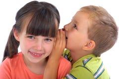 Enfants de mêmes parents partageant des secrets Images libres de droits