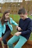Enfants de mêmes parents partageant le chocolat Image stock