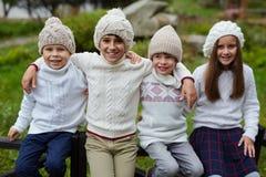 Enfants de mêmes parents posant dans la campagne Photo libre de droits