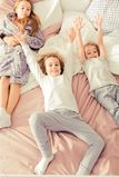 Enfants de mêmes parents se reposant sur le lit Images libres de droits