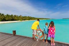 Enfants de mêmes parents sur la passerelle au-dessus de l'eau Photo stock