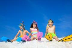 Enfants de mêmes parents sur la plage image libre de droits