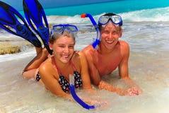 Enfants de mêmes parents sur la plage photographie stock
