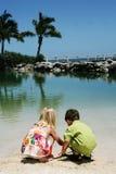 Enfants de mêmes parents sur la plage Photo libre de droits