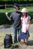 Enfants de mêmes parents sur le chemin dans des vacances d'été images libres de droits