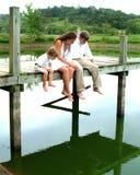 Enfants de mêmes parents sur le pilier Image stock