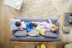 Enfants de mêmes parents sur le sofa image stock