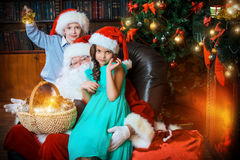 Enfants de mêmes parents sur Noël Photos libres de droits