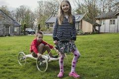 Enfants de mêmes parents sur un kart photos libres de droits