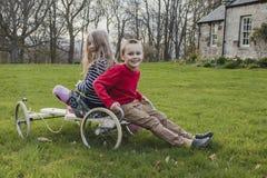 Enfants de mêmes parents sur un kart images stock