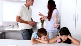 Enfants de mêmes parents tristes écoutant l'argumentation de parents clips vidéos