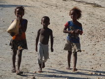Enfants de Madagaskar sur la plage images stock