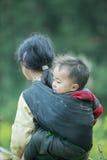 Enfants de minorité ethnique au village de Lung Cam Images stock