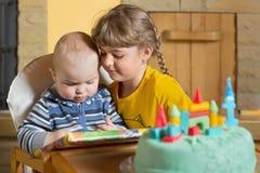 Enfants de mêmes parents au jeu Photo stock