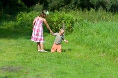 Enfants de mêmes parents sur le pré Photographie stock libre de droits