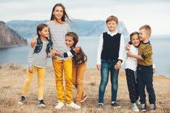 Enfants de mode dans le domaine d'automne Photos stock