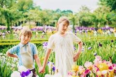 Enfants de mode posant dans le beau jardin Photo libre de droits