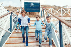 Enfants de mode sur le bord de mer Photos stock