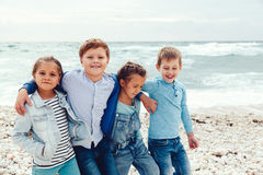 Enfants de mode sur le bord de mer Photo libre de droits