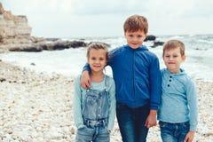 Enfants de mode sur le bord de mer Images libres de droits
