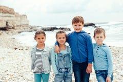 Enfants de mode sur le bord de mer Photographie stock libre de droits