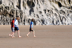 enfants de plage explorant photos libres de droits