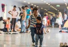 Enfants de réfugié jouant à la station de train de Keleti à Budapest Photo libre de droits