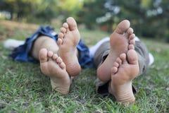 Enfants de sommeil dans la nature Photographie stock libre de droits