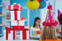 Enfants de sourire à une fête d'anniversaire Photo libre de droits