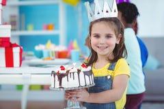 Enfants de sourire à une fête d'anniversaire Image libre de droits