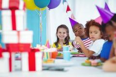 Enfants de sourire à une fête d'anniversaire Images libres de droits