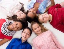 Enfants de sourire avec le mensonge différent de teint tête à tête Photo libre de droits