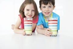 Enfants de sourire avec les verres colorés Photos libres de droits