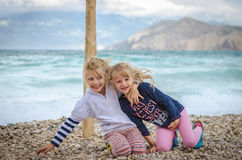 Enfants de sourire ayant l'amusement dans la plage Photos stock