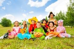 Enfants de sourire dans des costumes de Halloween ensemble Photographie stock libre de droits