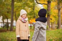 Enfants de sourire en parc d'automne Photos libres de droits