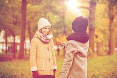 Enfants de sourire en parc d'automne Image libre de droits