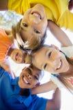 Enfants de sourire formant un petit groupe en cercle Photo stock