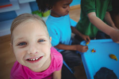 Enfants de sourire jouant avec modeler l'argile Image stock
