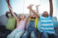Enfants de sourire jouant ensemble Photos libres de droits