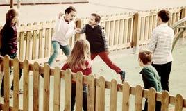 Enfants de sourire jouant le jeu de gambades Contact-dernier Photos stock