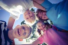 Enfants de sourire regardant en bas de l'appareil-photo Photo stock