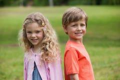 Enfants de sourire se tenant au parc Images stock