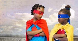 Enfants de super héros avec le mur de ciel nuageux Photo libre de droits