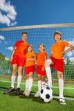 Enfants de taille différente avec le football Image libre de droits
